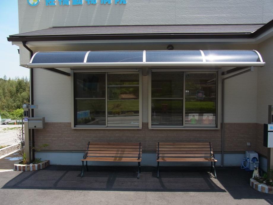 お外でも待ちやすいように屋根とベンチを設置しました。